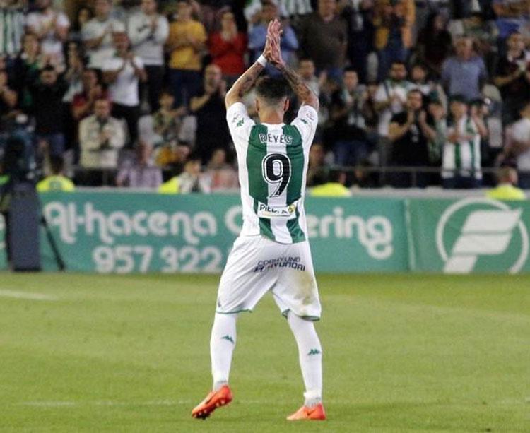 Reyes devolviendo un aplauso a la afición blanquiverde en El Arcángel.
