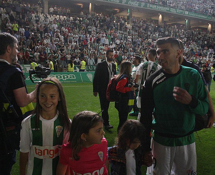 Reyes dando la vuelta de honor en El Arcángel junto a sus hijas y las de Alfaro tras su último partido como cordobesista ante el Sporting de Gijón