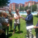 Salvador Fuentes departiendo con Javier Pérez, uno de los líderes del movimiento vecinal en la Fuensanta, sobre el césped de la piscina de la barriada