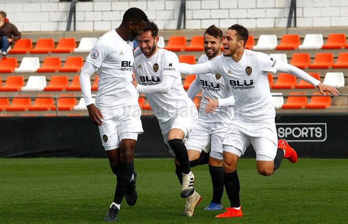 Sebas Moyano celebrando un gol con el Mestalla