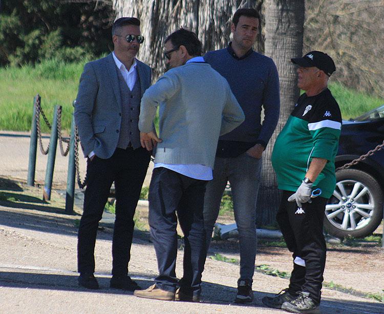 Sergio García, en su última aparición en la Ciudad Deportiva en marzo, junto al chófer del autocar, el delegado del primer equipo y el responsable de mantenimiento, el conocido 'Patata', uno de los cuatro despedidos por falta de confianza