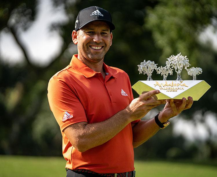 Sergio García mostrando el trofeo de ganador en las dos últimas ediciones