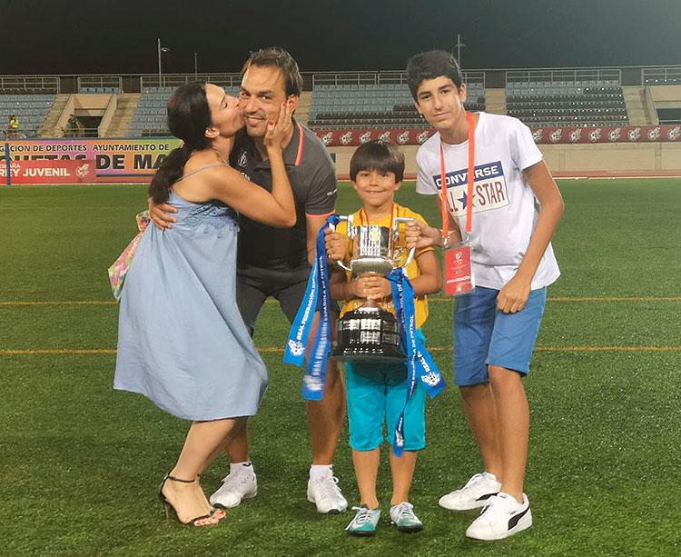 Miguel Ángel Tena posando con su familia en Roquetas de Mar con la Copa de Campeones