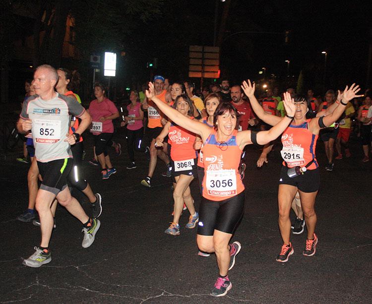 Varias chicas celebran su paso por la carrera ante la cámara de Cordobadeporte.com