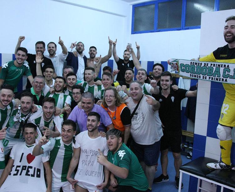 El festejo en el vestuario del Córdoba CF Fursal en Mengíbar