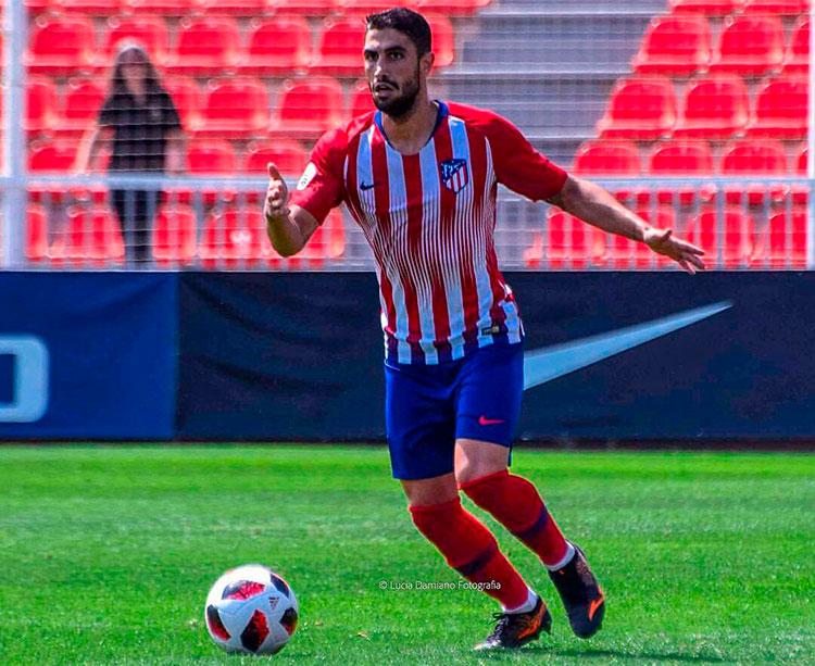 Víctor Ruiz sacando el balón jugado desde atrás con el Atleti