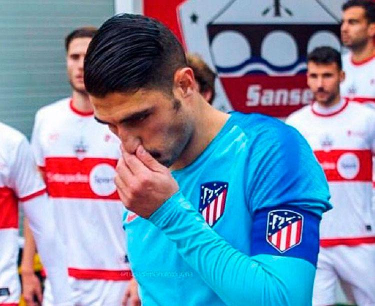 El central malagueño Víctor Ruiz llevando el brazalete de capitán del filial del Atleti