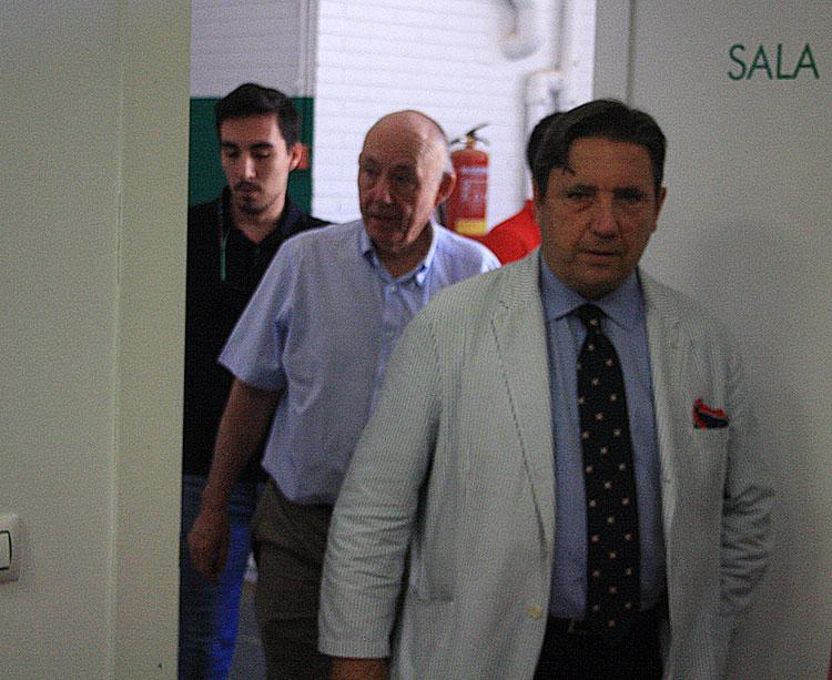 Joaquín Zulategui con el presidente de los Minoritarios, José María Córdoba, al fondo