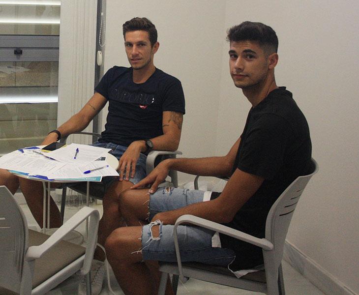 Alberto González este martes, junto a Víctor Mena, en la sala de espera de la clínica Beiman