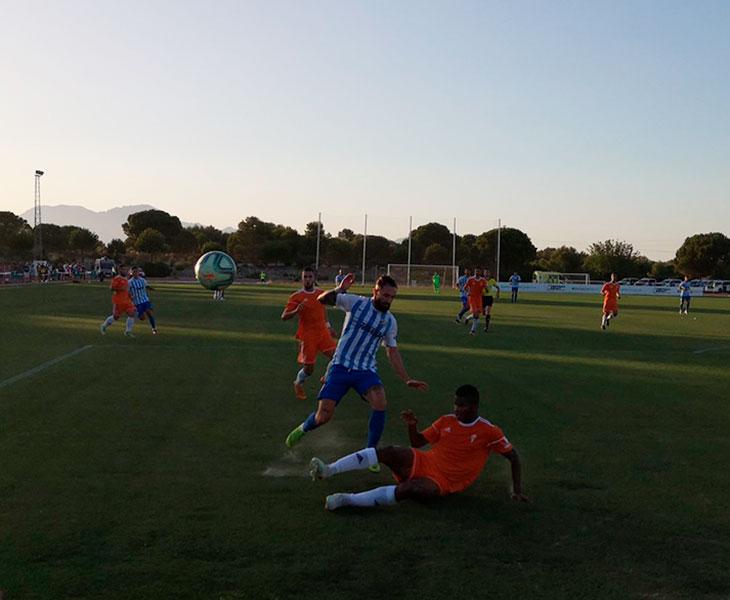 Fidel Escobar al cruce ante un jugador del Málaga en su debut con el Córdoba CF