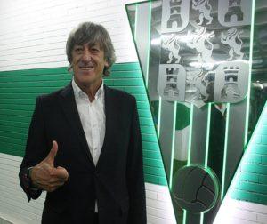 Enrique Martín posa ante el escudo del Córdoba CF a su llegada. Todo se fue torciendo desde entonces. Autor: Paco Jiménez