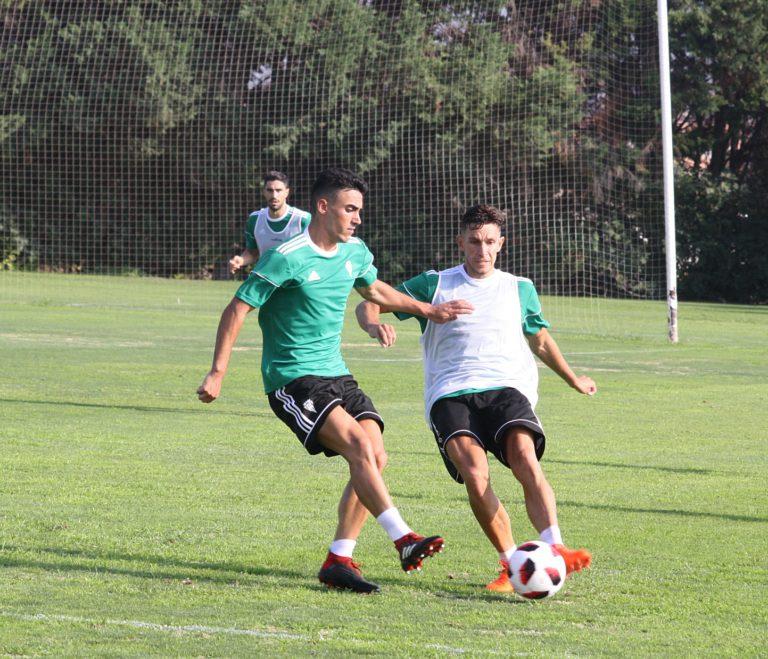 Víctor Mena intenta pasar el balón ante un compañero