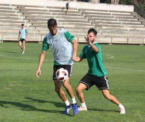 Jose Antonio Gonzalez controlando el balón ante la presión de Sebas Moyano