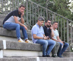 Alfonso Serrano viendo el entrenamiento del primer equipo acompañado por Jorge Rodríguez Cozar y otras miembros del club.