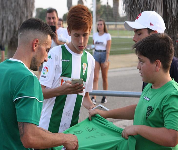 Fernández firmó autógrafos con naturalidad esta semana al término de los entrenamientos