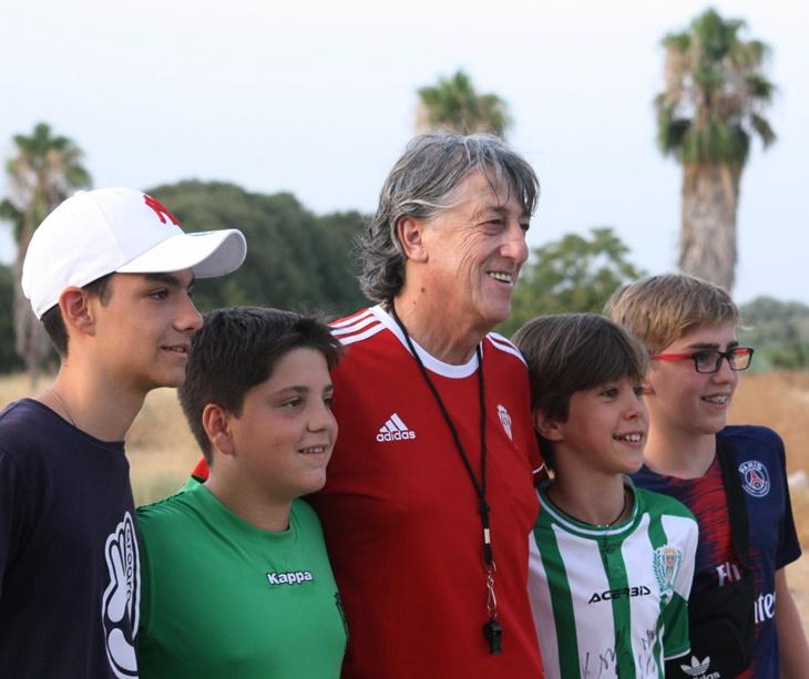 Enrique Martín se deja fotografiar por varios socios presentes en el entrenamiento