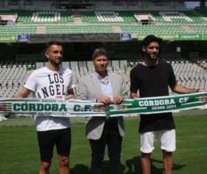 José Antonio González (i) y Fernando Román (d) con al director deportivo, Alfonso Serrano