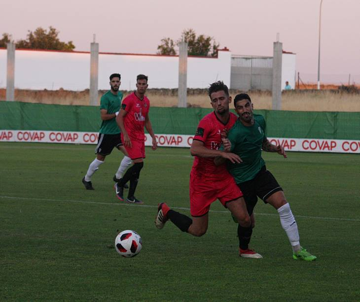 Víctor Ruiz peleando una pelota con un futbolista vallesano. Autor: Paco Jiménez