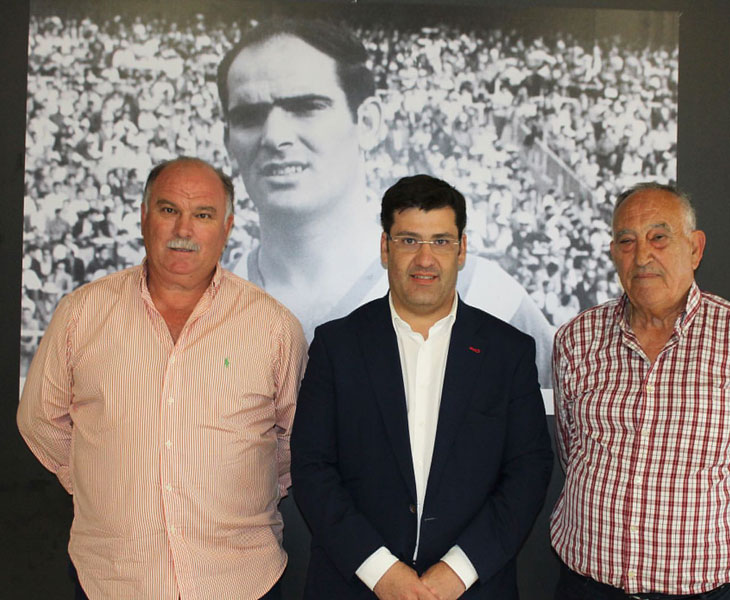 Jesús León entre Miguel Claus y Diego Moreno, con la foto del eterno Juanín al fondo