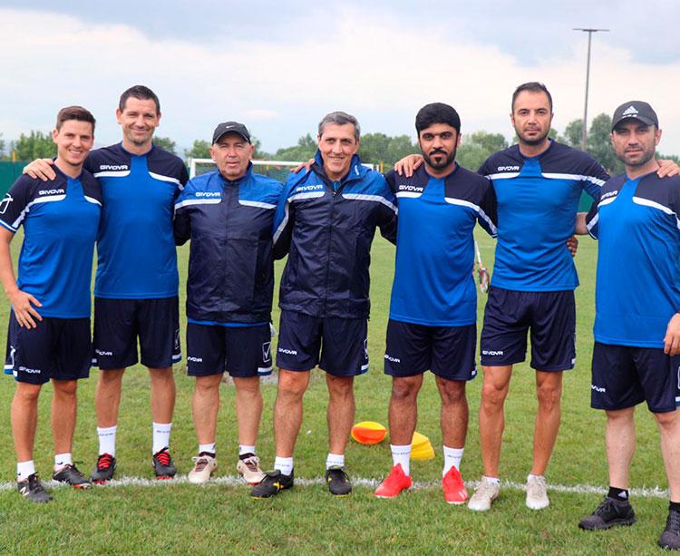 Pepe Murcia, en el centro, rodeado por todo su cuerpo técnico en Ankara