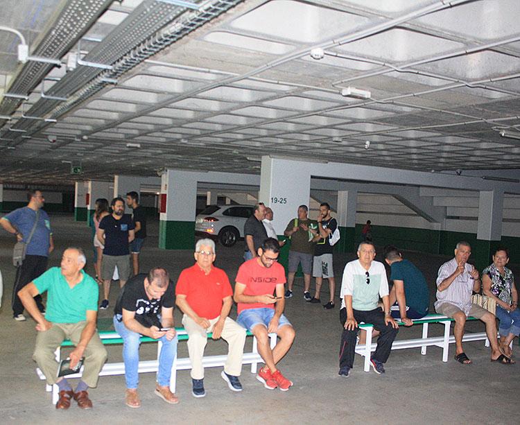 Abonados del Córdoba esperando su turno en las cocheras