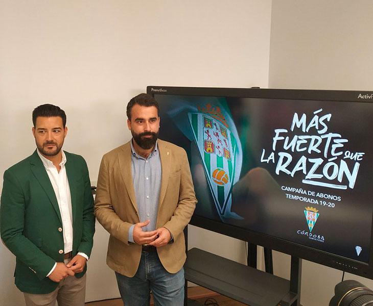 Fran Ruano y Alberto Mayoral posan ante el nuevo lema de la campaña de abonados del Córdoba CF
