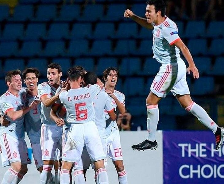 Antonio Blanco celebrando con sus compañeros de selección el título de campeones de Europa sub-19 tras ganar en la final a Portugal