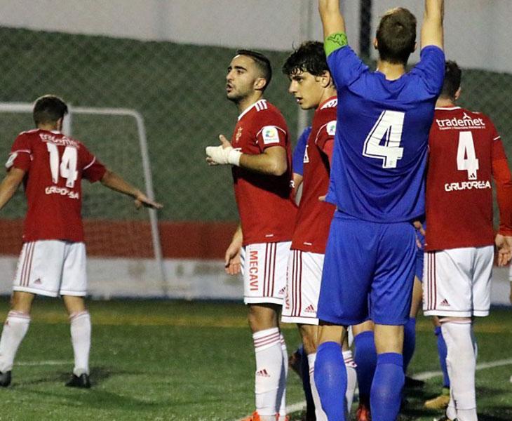 Antonio Lucena, con la mano vendada, en un partido con el Espeleño