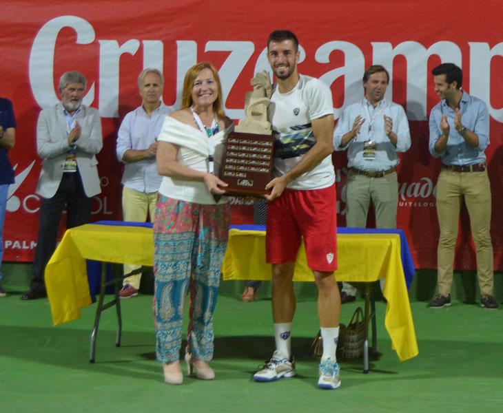 Andrés Artuñedo con el trofeo de los Internacionales de Palma del Río