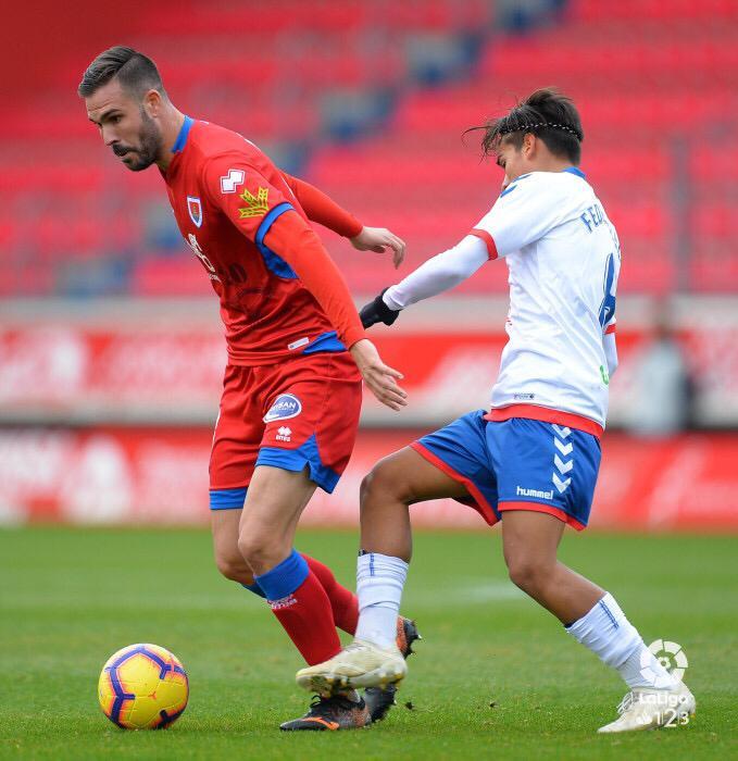 Picbu Atienza protegiendo el balón ante la entrada de un jugador del Zaragoza.