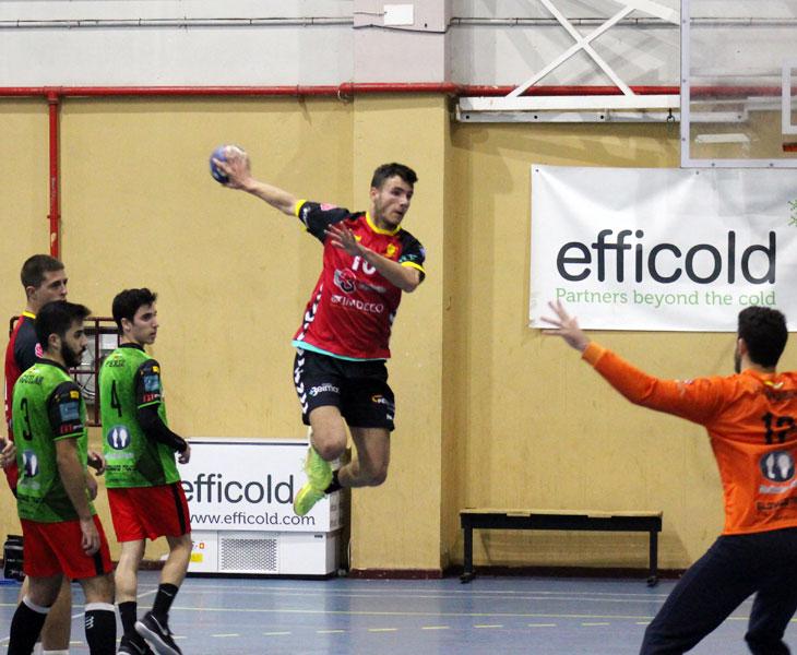 Carlos León volando para anotar