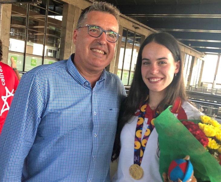 Carmen Avilés mordiendo su medalla de oro en Baku