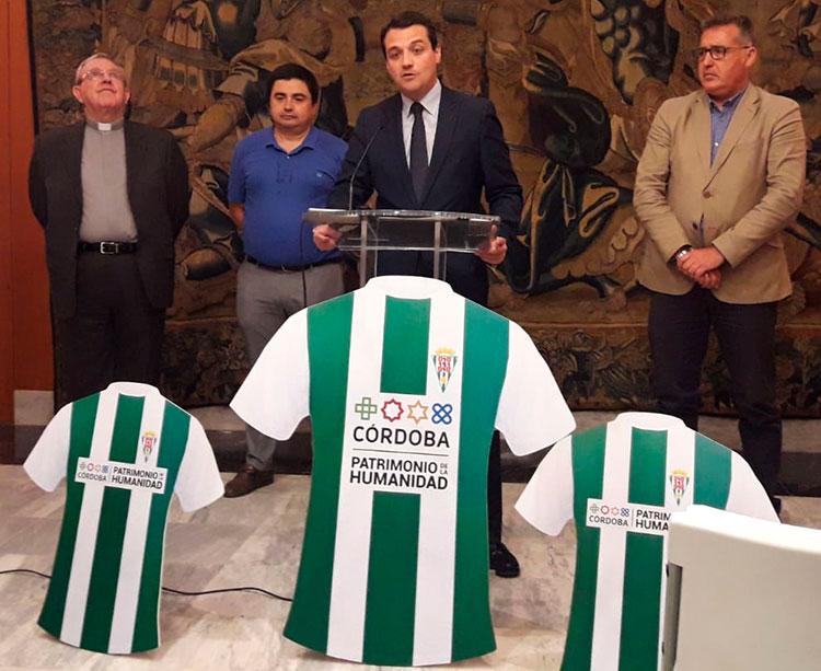 José María Bellido desvelando el apoyo conjunto del Ayuntamiento y el Cabildo Catedral al Córdoba CF Futsal, acompañado por su presidente, el del IMDECO y Deán, Manuel Pérez Moya, mirando al cielo