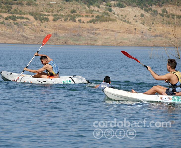 Dos jugadores del Córdoba peleando sobre el agua, que no sobre el césped. Foto: Córdoba CF
