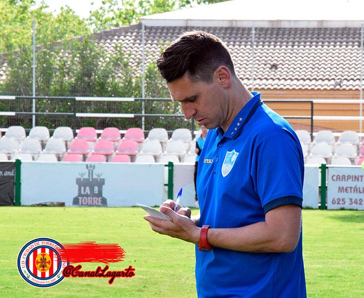 El técnico cordobés Diego Delgado tomando notas en un partido del CD Loja