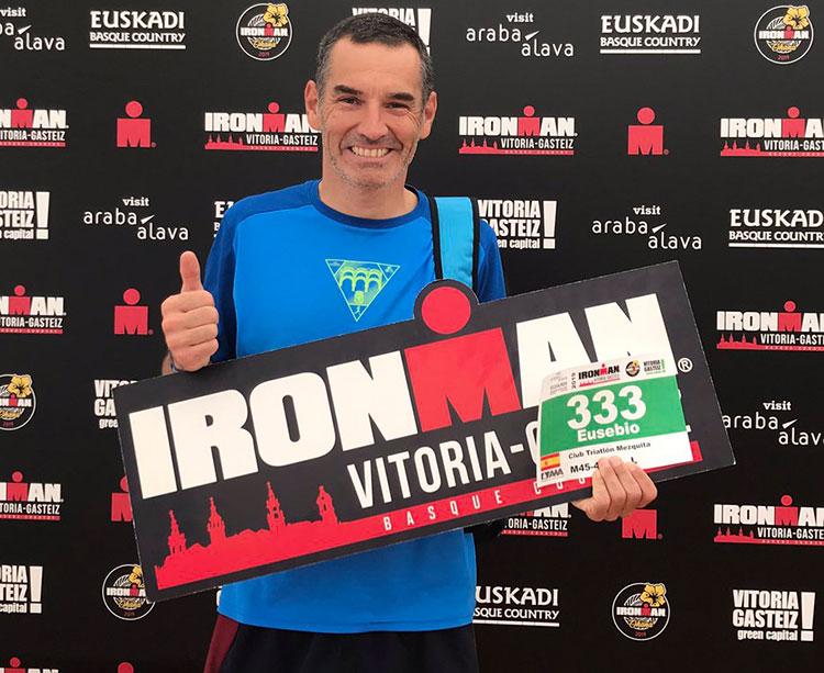 Eusebio Borrajo tras recoger su dorsal en Vitoria Gazteiz