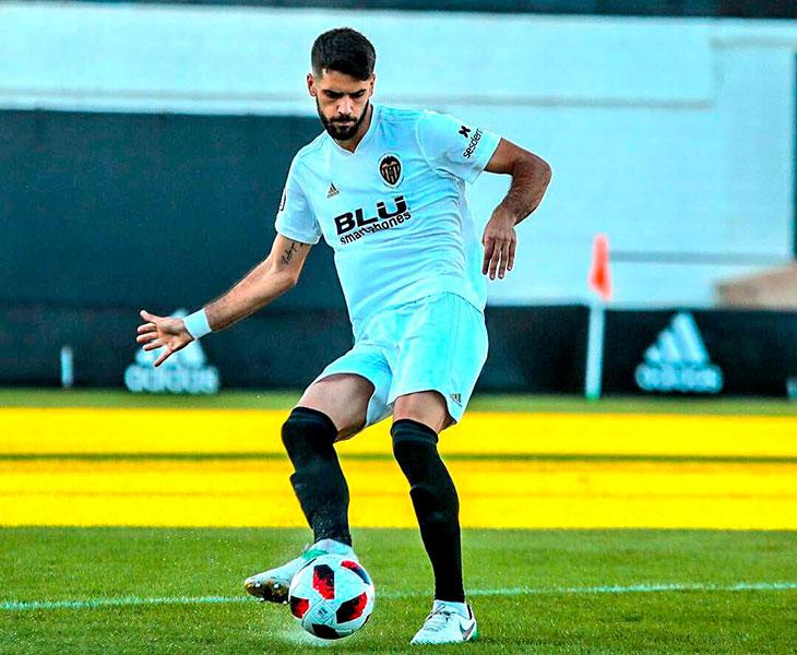 Fernando Román jugando esta temporada con el filial del Valencia