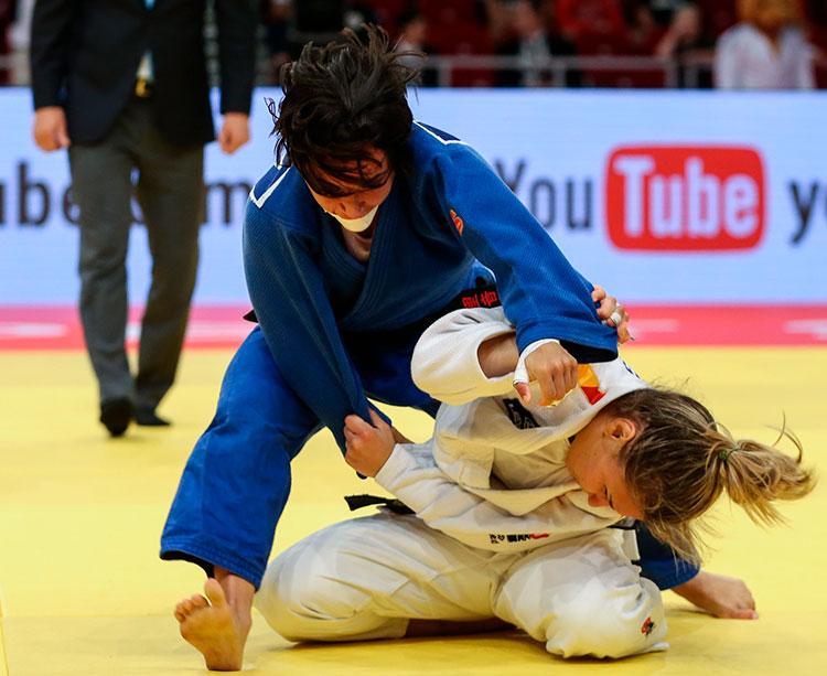 Julia Figueroa en acción inmovilizando a una rival