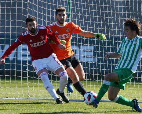 Gonzalo defendiendo la meta del Espeleño en un partido ante el Betis Deportivo