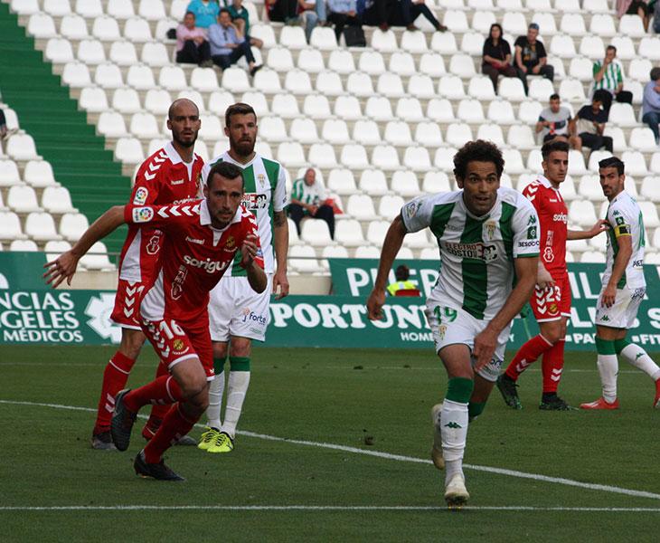 Imanol García corre en busca de un Quim Araujo en el partido de El Arcángel ante el Nástic