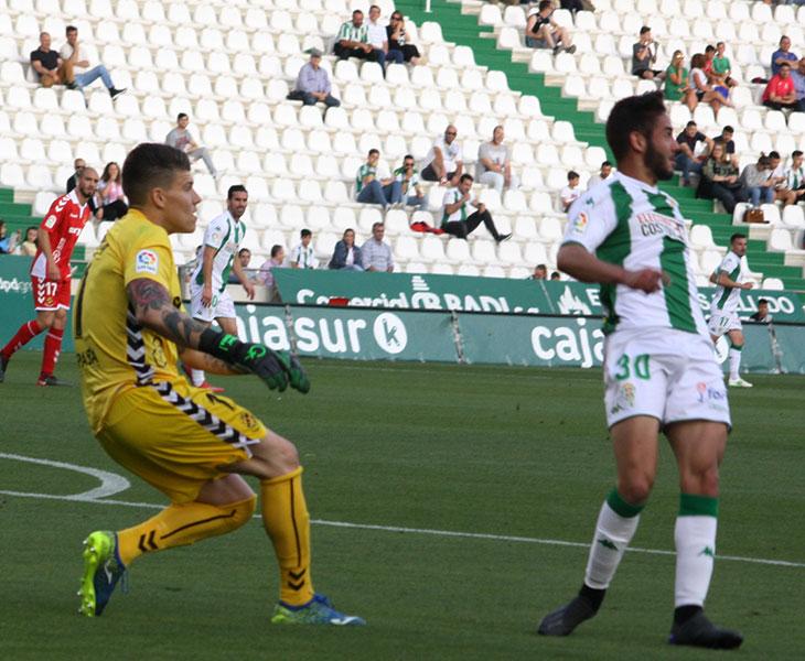 El meta Isaac Becerra tras despejar un balón ante la llegada de Andrés Martín