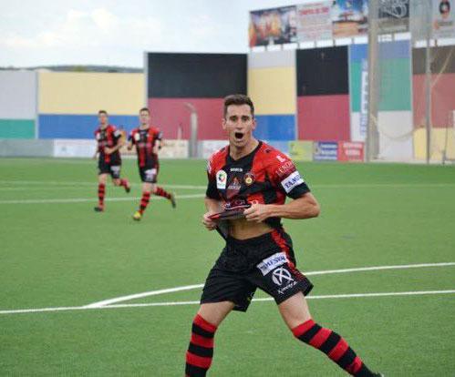 Ito celebrando un gol en el Polinario
