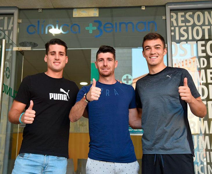 Javi Flores entrando a la Clínica Beimas junto Juanto Ortuño (i) y Edu Frías (d)