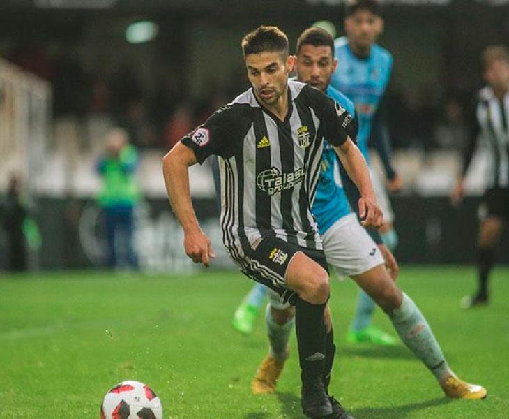 Jesús Álvaro girando con el balón controlado ante un rival.