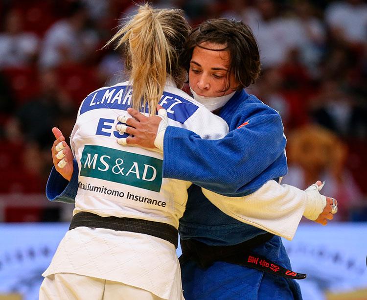 Julia Figueroa abrazando a Laura Martínez tras ganarle el bronce en Budapest