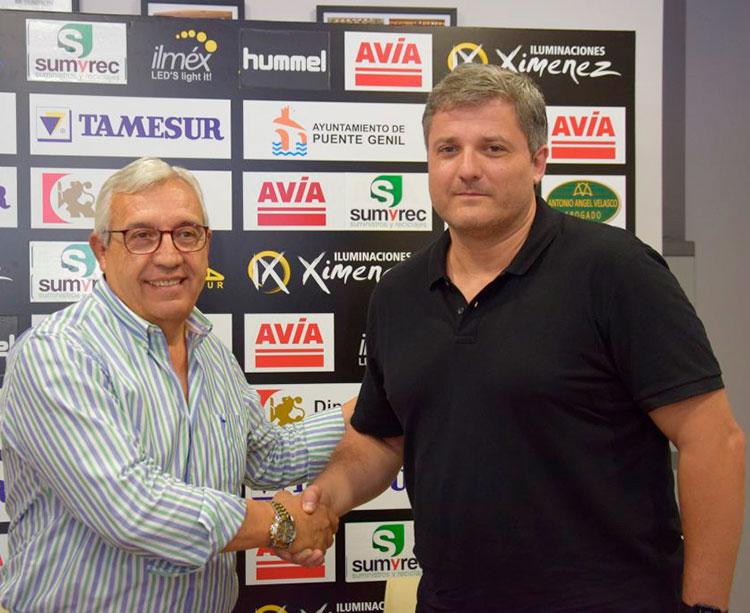 Mariano Jiménez estrechando su mano con Paco Bustos