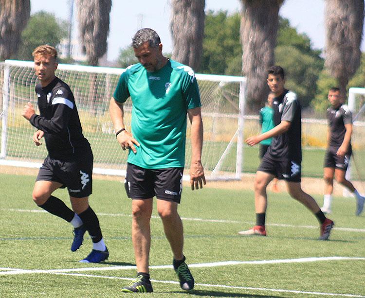 Juan Marrero en uno de sus últimas sesiones de entrenamientos en mayo con el filial y los chavales del juvenil integrados en su plantel
