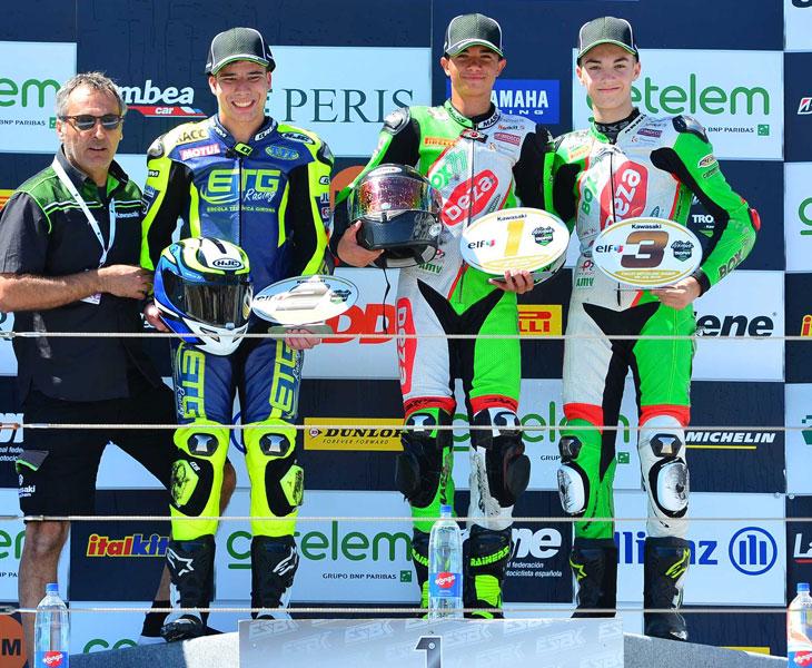 Óscar Núñez, ganador absoluto y de la Ninja Spirit, con Álex Carrión tercero en este certamen, junto con el segundo clasificado y el representante de Kawasaki, Pep Sastre