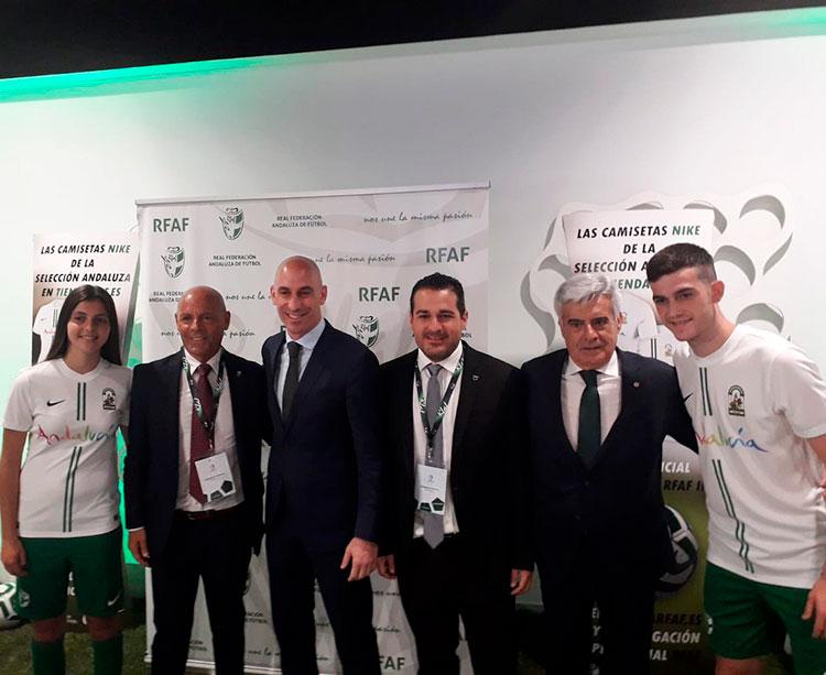 Pablo Lozano junto a Luis Rubiales tras su ratificación.