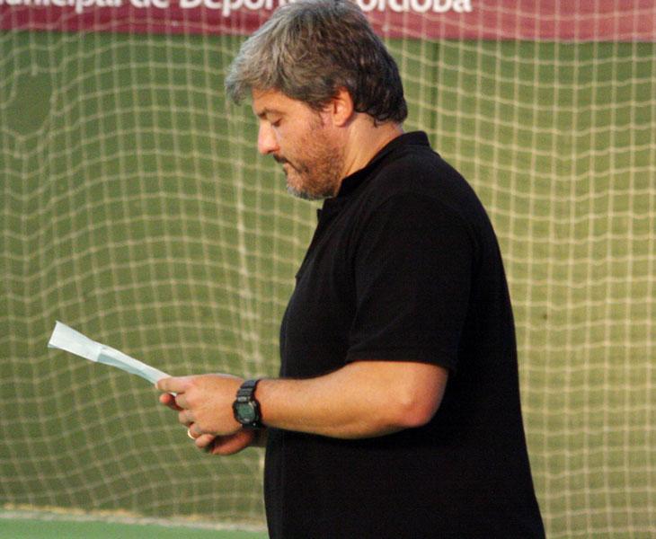 Paco Bustos consultando sus notas durante un entrenamiento